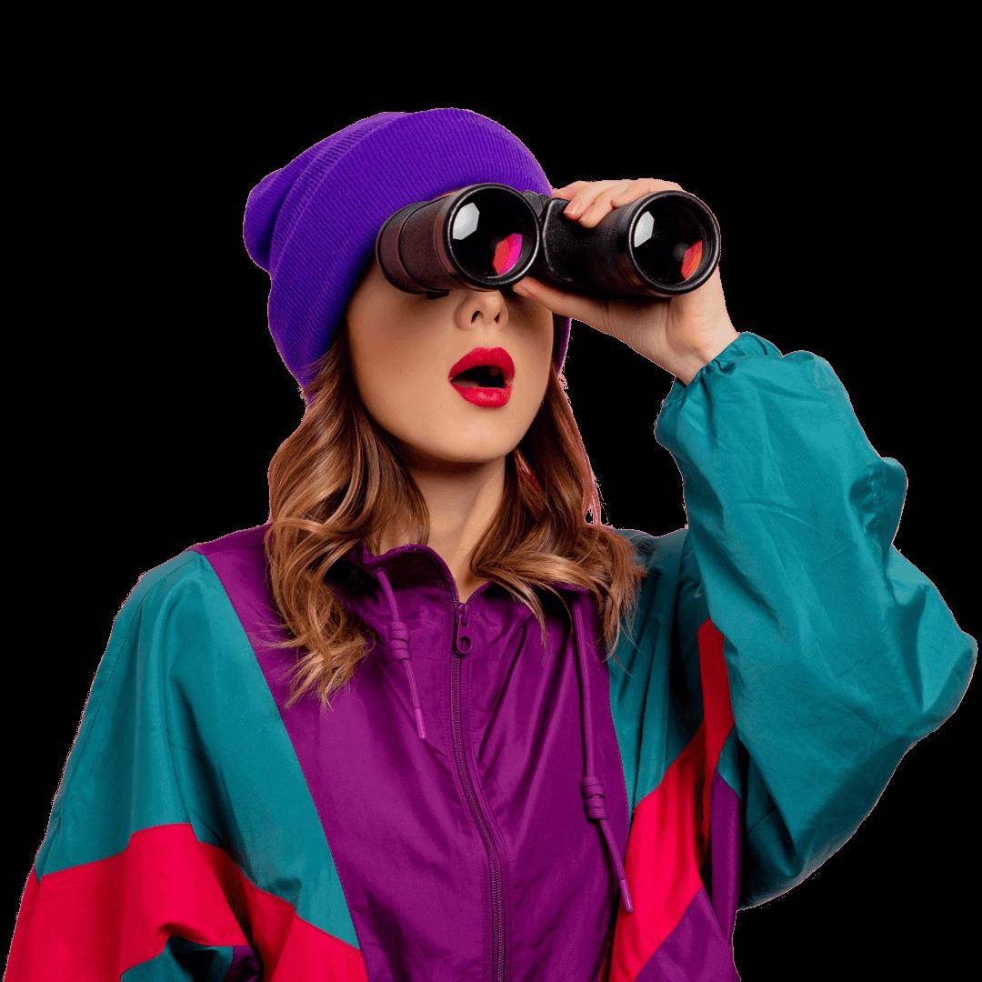 Femme qui regarde dans ses jumelles - agence Présence Web